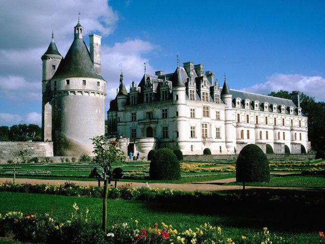 Chenonceau castle in france top castles to visit in europe for Castles to stay in france
