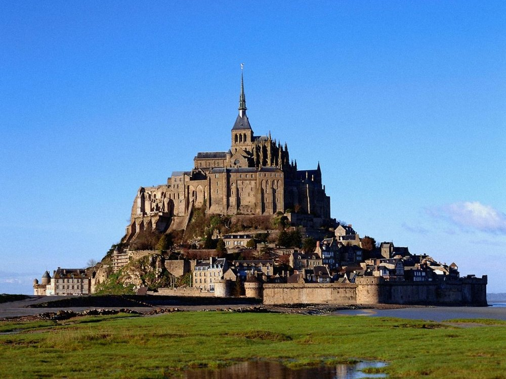 Mount saint michel france top castles to visit in europe for Castles to stay in france