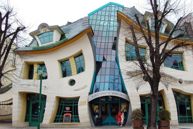 Crooked house in sopot poland the strangest houses in for Architecture organique