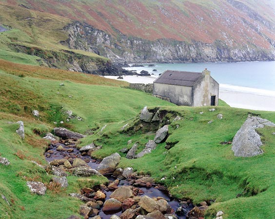 http://www.bestourism.com/img/items/big/719/Ireland_Greenish-landscape_2826.jpg