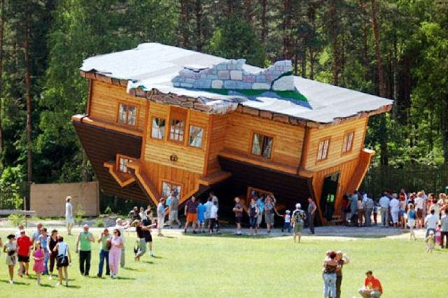 The Upside-Down House - A lot of tourists