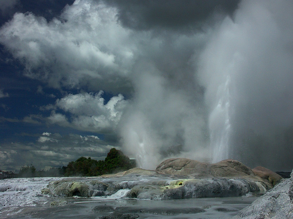 The Pohutu Geyser, Rotorua, New Zealand - Big splash