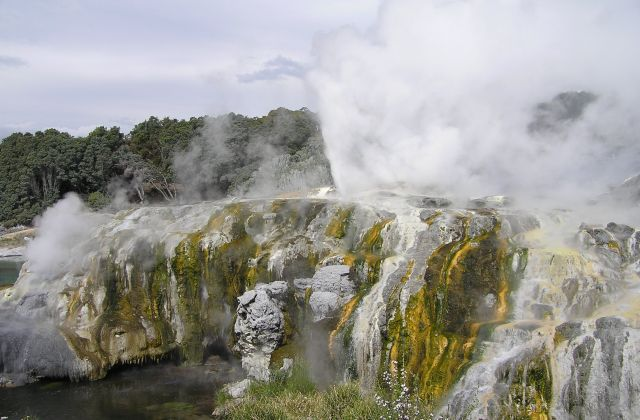 The Pohutu Geyser, Rotorua, New Zealand - Spectacular view
